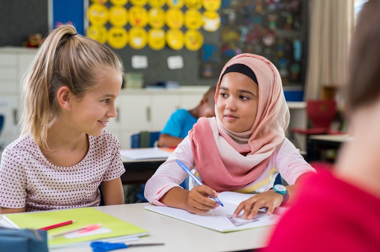 Berliner Willkommensklassen: Positive Einschätzungen für den Spracherwerb, Integration in den Schulalltag ausbaufähig